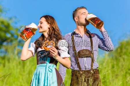 mulher bavaria cerveja octoberfest par homem