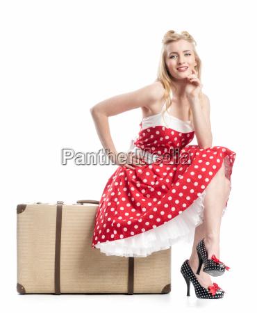 uma mulher senta se em uma