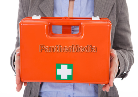 empresaria segurando caixa de primeiros socorros