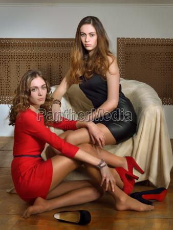 duas mulheres bonitas em um interior
