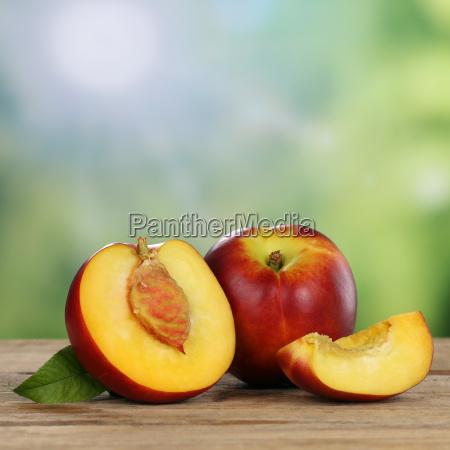 nectarina frutas do verao com espaco