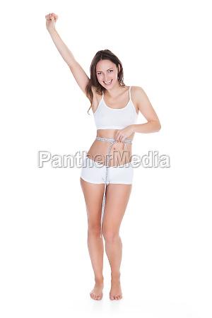 mulher excited que mede sua cintura