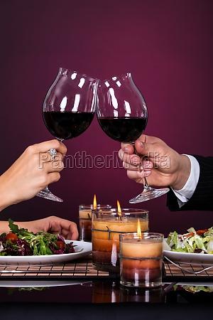casal tossing copo de vinho