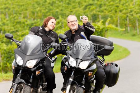 dois motociclistas levando um selfie