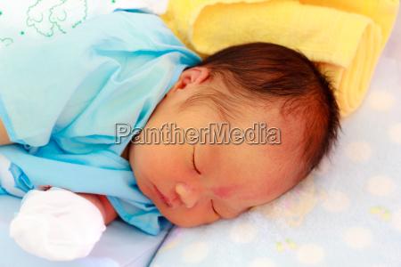 bonito do bebe deitado em uma