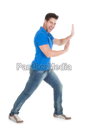 homem confiante empurrando billboard