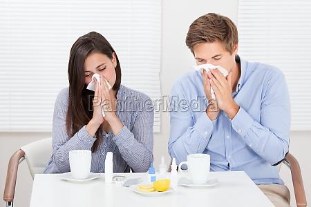 casal sofrendo de frio na tabela