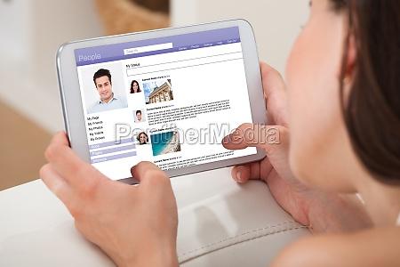 mulher que usa o tablet digital