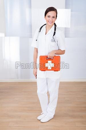 feliz medica segurando caixa de primeiros