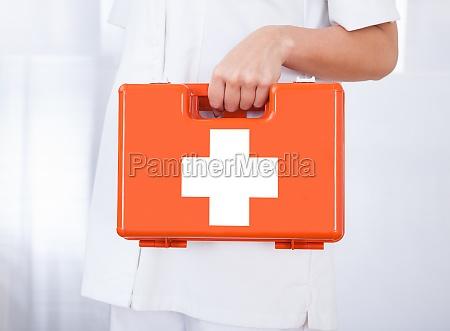 medico do sexo feminino segurando caixa