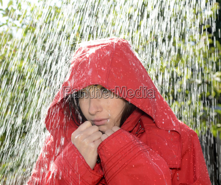 mulher frio gota de chuva capo