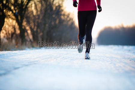 inverno corrida jovem mulher correndo