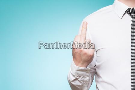 o homem que desgasta a camisa