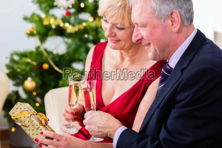 verliebtes casal de aposentados celebra o