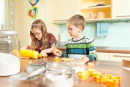 criancas cozinha assando