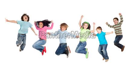 salto engracado de seis criancas