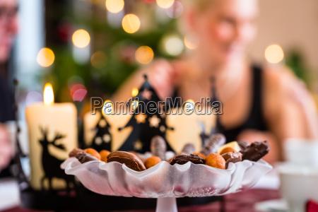familia com mesa de cafe tradicional