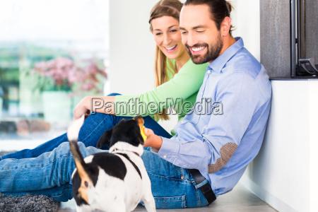 casal sentado na sala e que