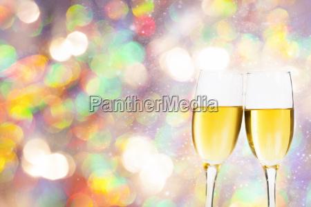 vidros de champagne contra luzes do