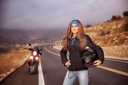 menina de motociclista de moda