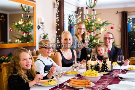 familia em salsichas jantar de natal