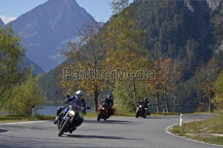 motociclista no lago plansee montanhas de