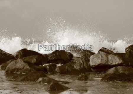 Agua silenciosa atras das grandes rochas