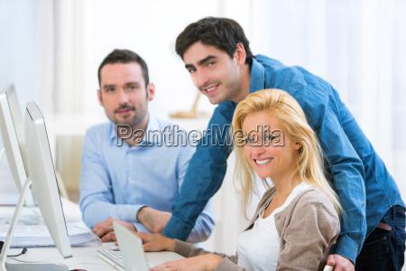 grupo de jovens ativos trabalhando juntos