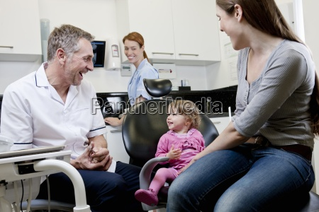 um dentista do sexo masculino com