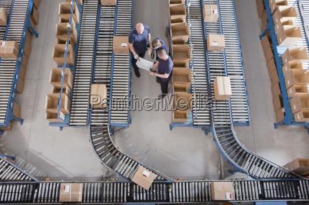 trabalhadores de reunioes entre os caixas