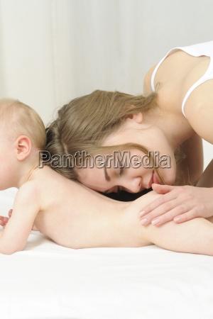 a mae beijando seu bebe na