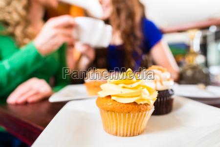 as mulheres comem queques ao beber