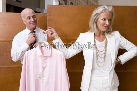 mulher madura que sustenta a camisa