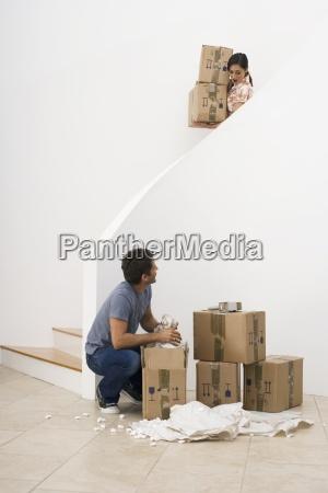 casa movente dos pares caixas carreg