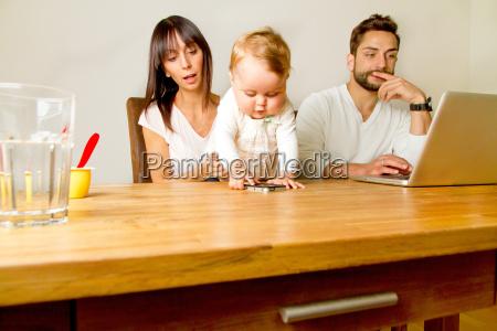 mulher caderno computadores computador bebe infantil