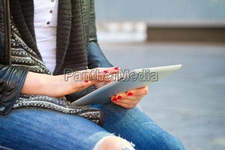 mulher moderna nova com tablet