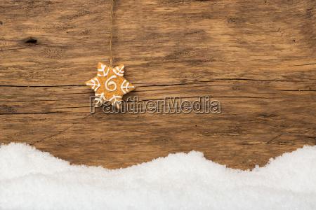 gingerbread de suspensao com neve na