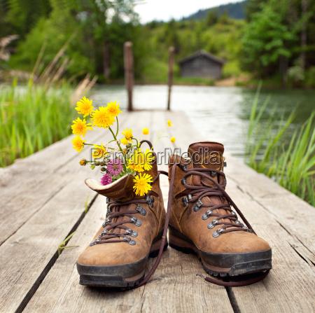 carregadores de caminhada no lago da