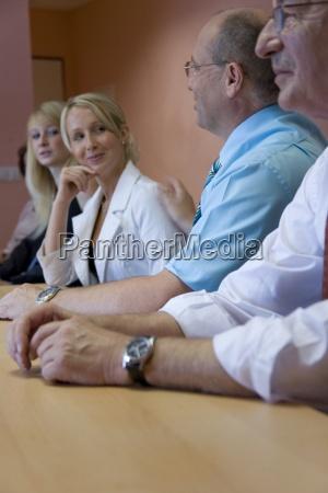 mulher escritorio blusa contratado funcionarios discussao