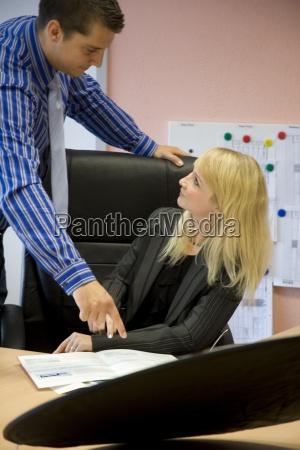 mulher contratado funcionarios cooperacao chefe colegas