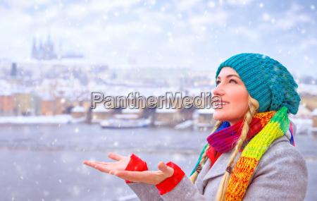 mulher inverno retrato desfrutar praga turista