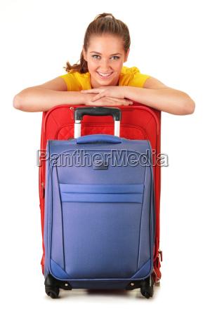 mulher nova com malas de viagem