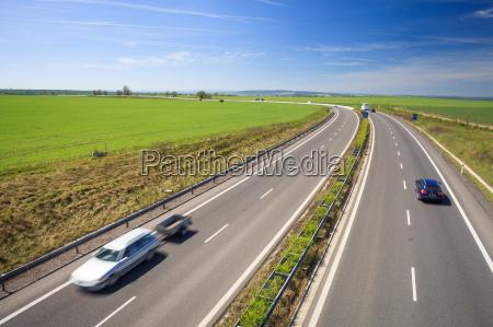 trafego rodoviario em um lindo dia