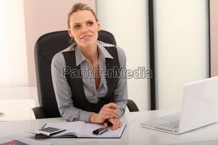 mulher escritorio caderno computadores computador risadinha