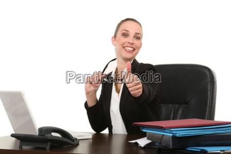 empregado no escritorio