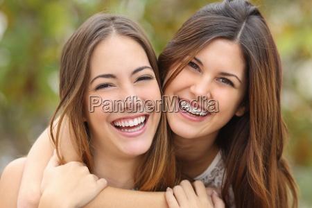 dois amigos das mulheres que riem