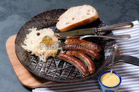 salsichas, assadas, com, chucrute, em, uma - 13550020