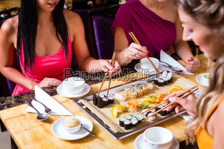os jovens que comem no restaurante