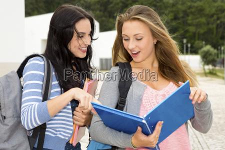 dois estudantes adolescentes bonitos