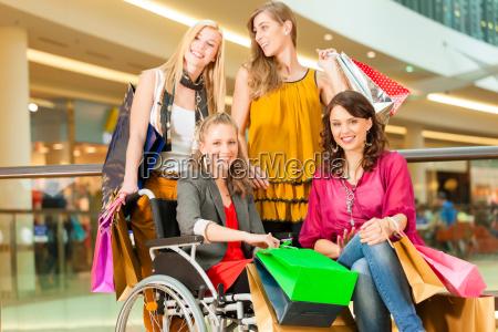 quatro amigas compram em uma alameda